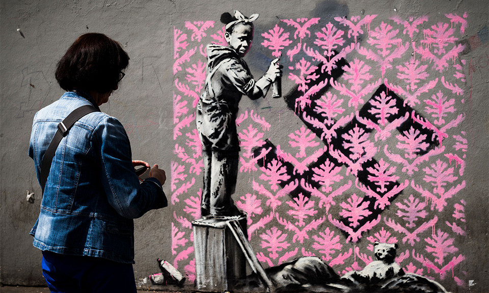 バンクシーによるフランス政府を風刺する新作が、パリ街頭に出現