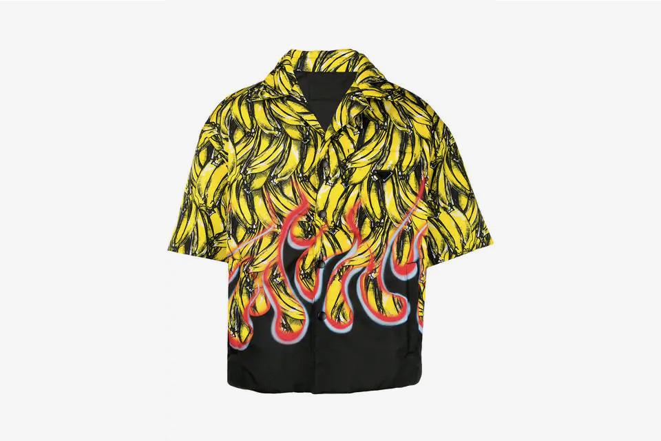 Pradaによる注目のバナナシャツ、その歴史は?