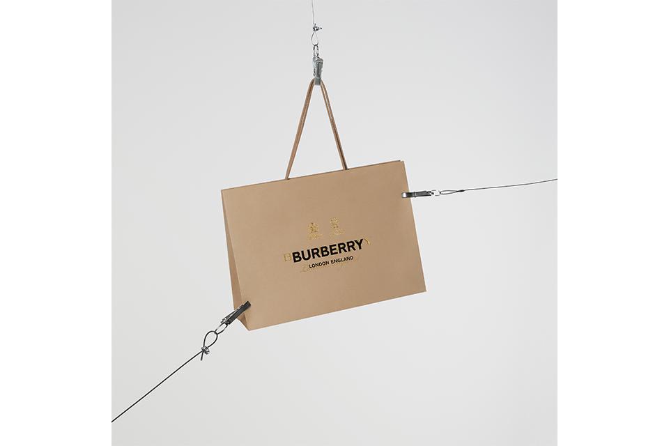 Burberryがリカルド・ティッシのデビュー・コレクションアイテムを24時間限定でインスタグラムにて販売