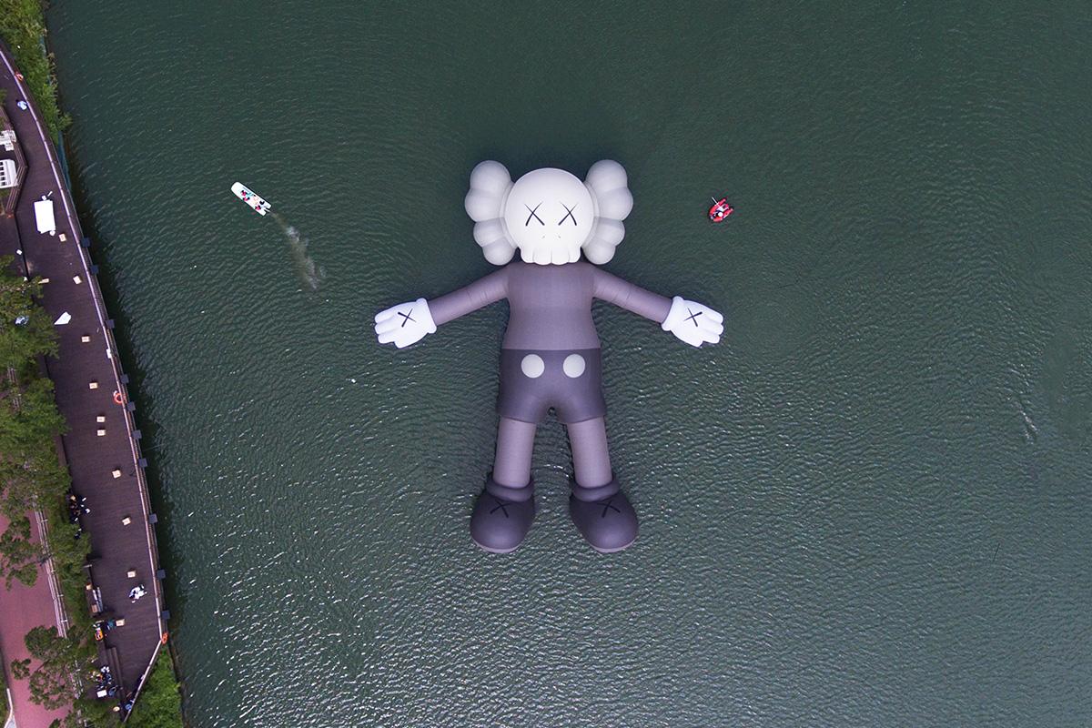 KAWSの巨大作品<br>香港ヴィクトリア・ハーバーに