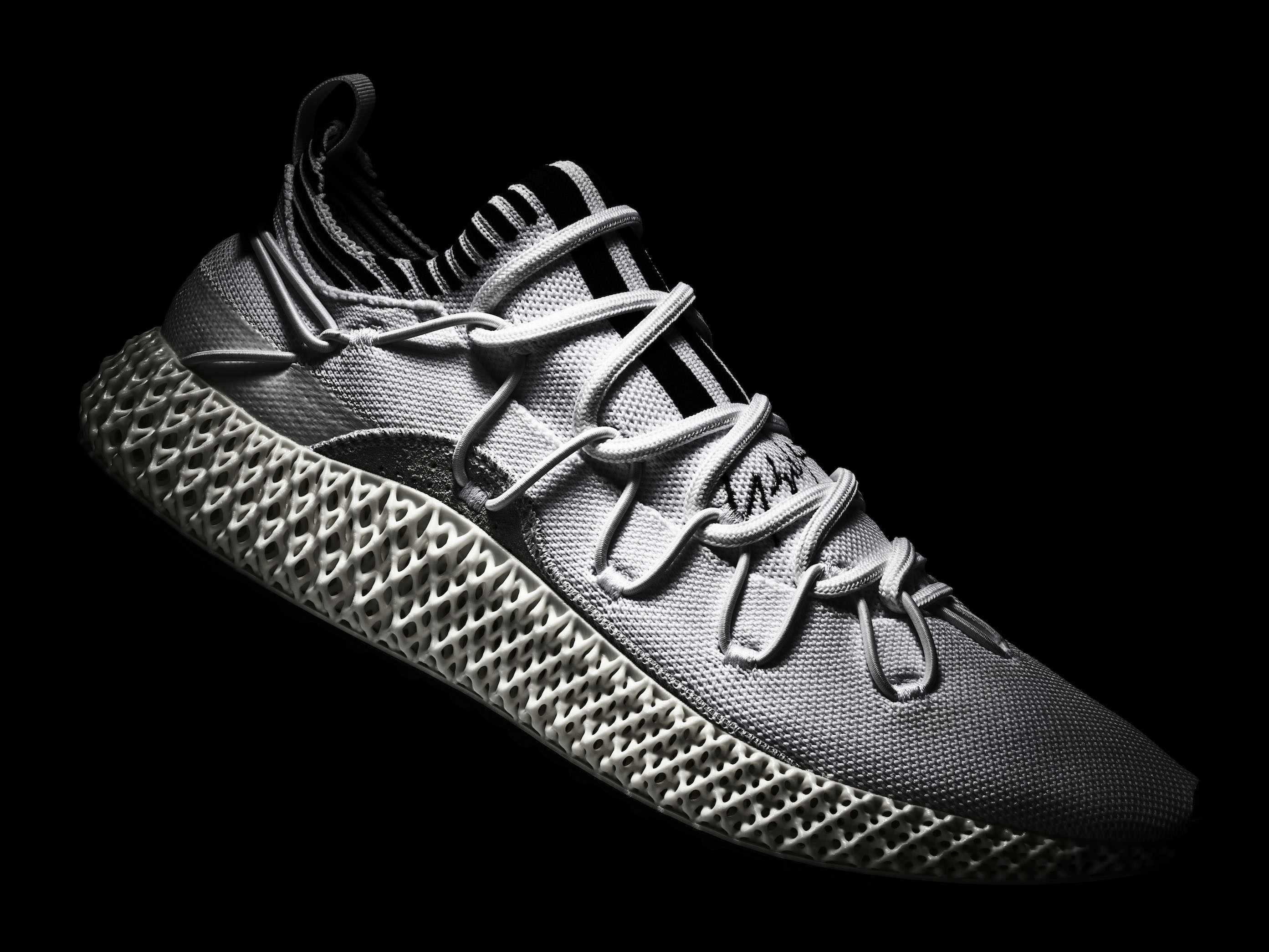 ADIDAS 4Dミッドソールが特徴<br>Y-3「RUNNER 4D II」