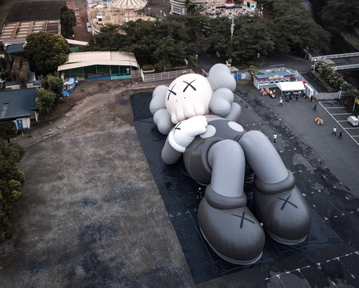 KAWSの巨大アートが富士山に出現