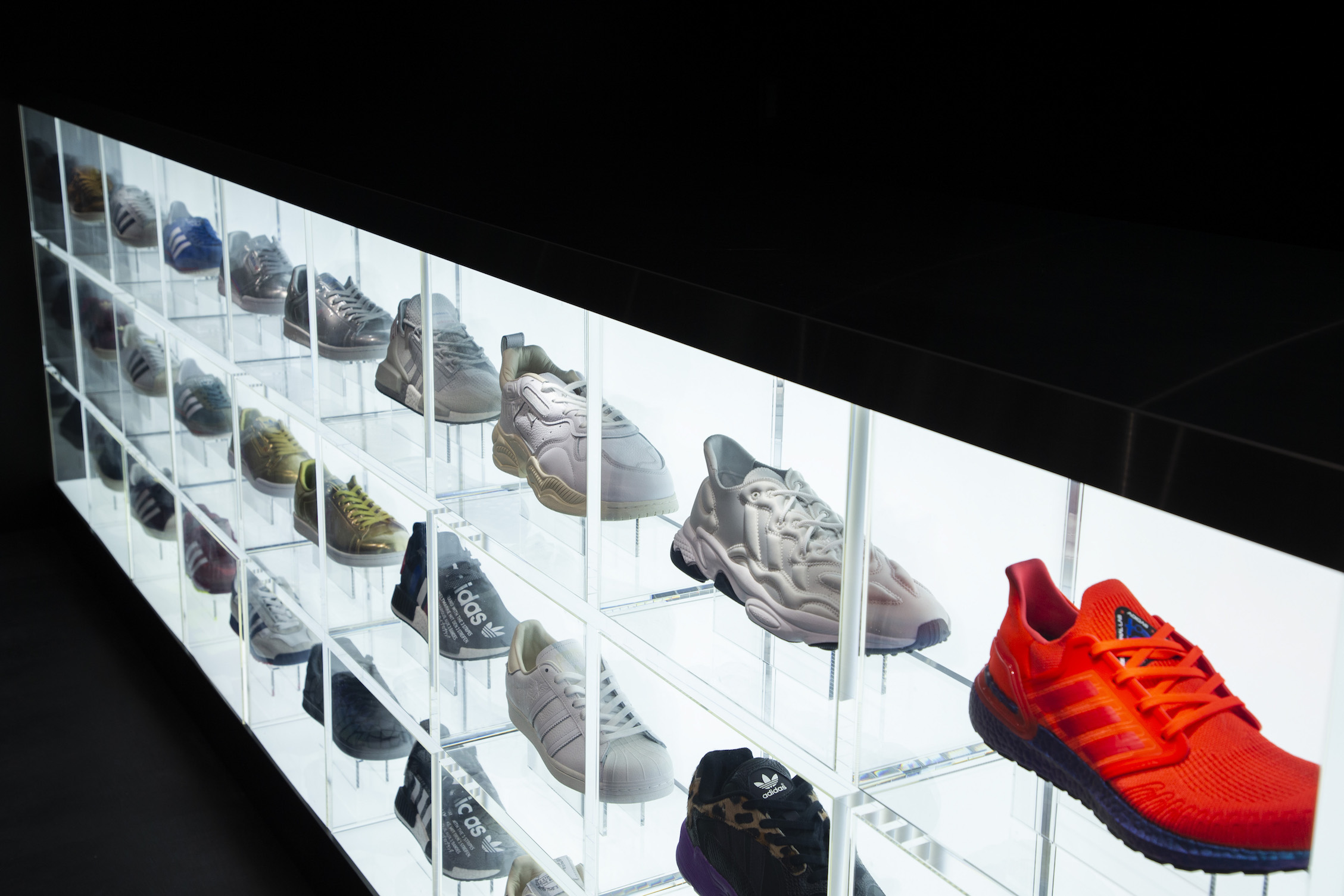adidas×atmos、原宿にコラボストアオープン