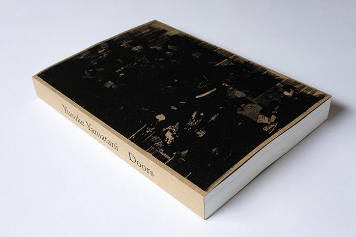 写真家・山谷佑介、セルフポートレート写真集「Doors」完全版発売