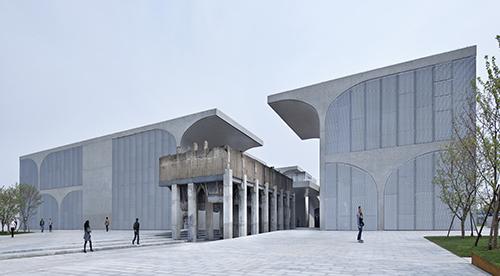 巨大彫刻などで現代社会を表現 松山智一、上海で初個展開催
