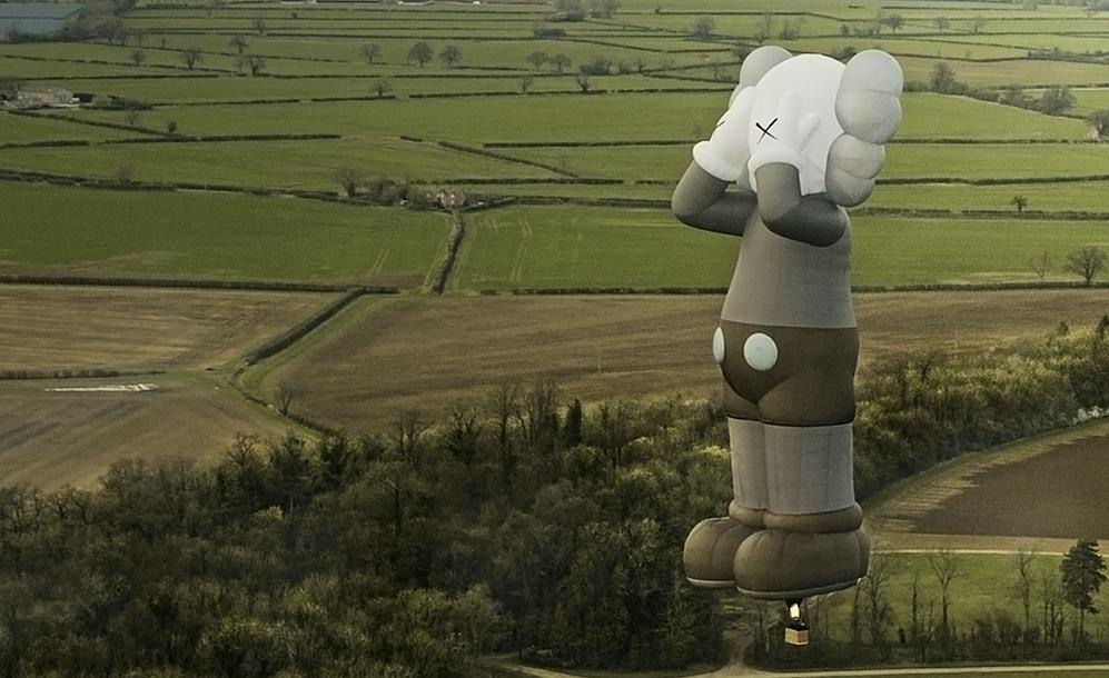 KAWS HOLIDAY 世界最大級の熱気球でワールドツアー KAWS記念アイテムも